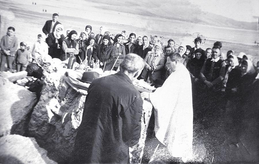 1975 Sf Pasti la ruine Catedralei